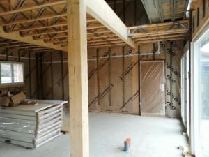 Intérieur de la maison bois avant la pose du placo. Vue du plancher d'étage.